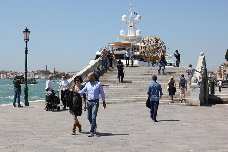 Перформанс невідомого художника. Набережна Венеції.