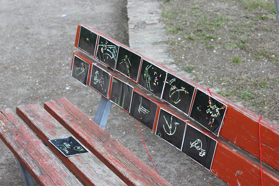 Вулична виставка невідомих художників у сквері біля садів Джардіні.